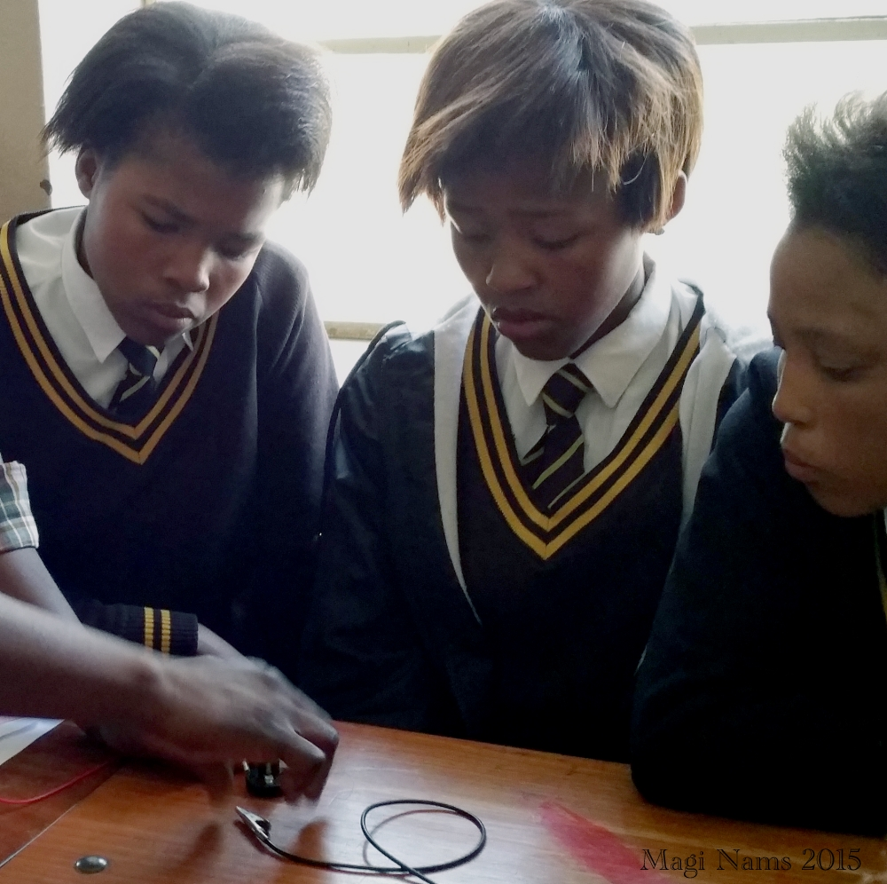 Six Months in South Africa: Grahamstown's Mobile Science Laboratoryl: Grade 9 Learners Investigating Electrical Resistance at Nombulelo Secondary School (© Magi Nams)